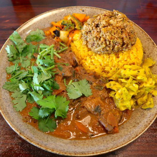 赤だしの和風根菜カレーと粗挽きスパイシーキーマ+アチャール+ザワークラウト