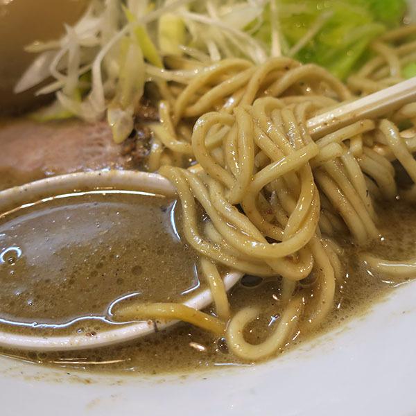 ドロッとしたスープにストレート麺