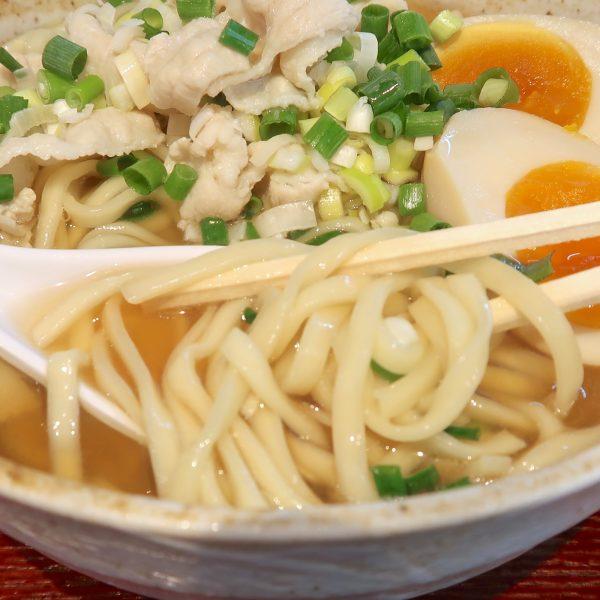 沖縄そばの麺はツルツルシコシコ