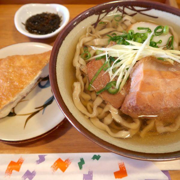 沖縄そば(550円)+おからいなり(50円)
