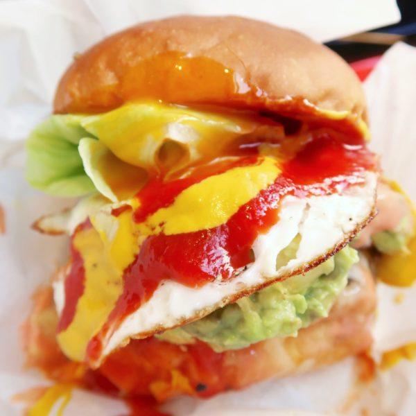 ボリューム満点のハンバーガー
