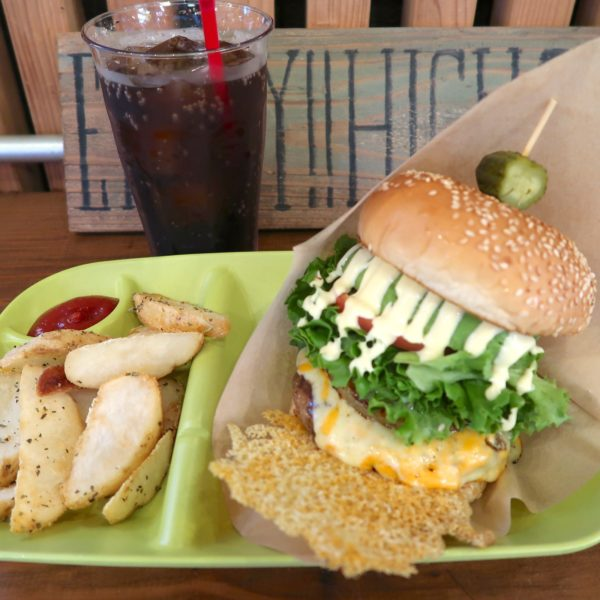 アボカドチーズバーガーセット+パイン(1,500円)