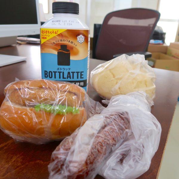 パンはどれも100円、ボトラッテは200円