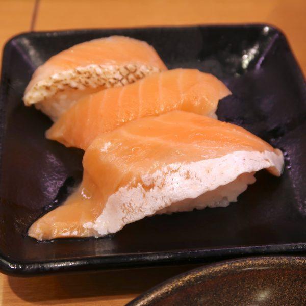 サーモン3貫盛り サーモン・ジャンボとろサーモン・焼とろサーモン(180円)
