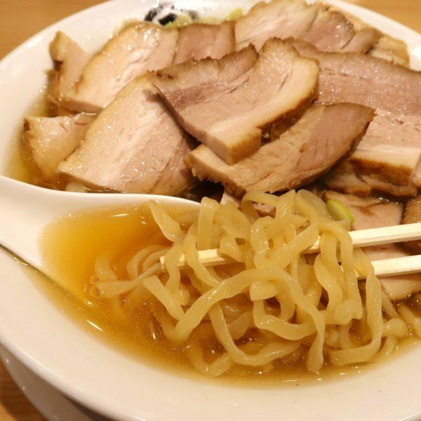 ぷるんとした麺と大量の肉